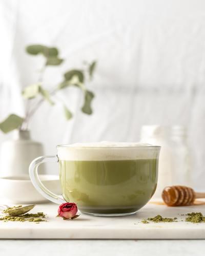 Matcha latte op een tafel