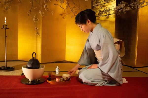 Vrouw tijdens een japanse theeceremonie
