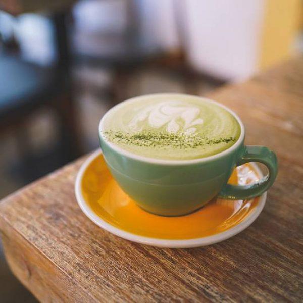 Matcha latte op een tafel in een groen kopje
